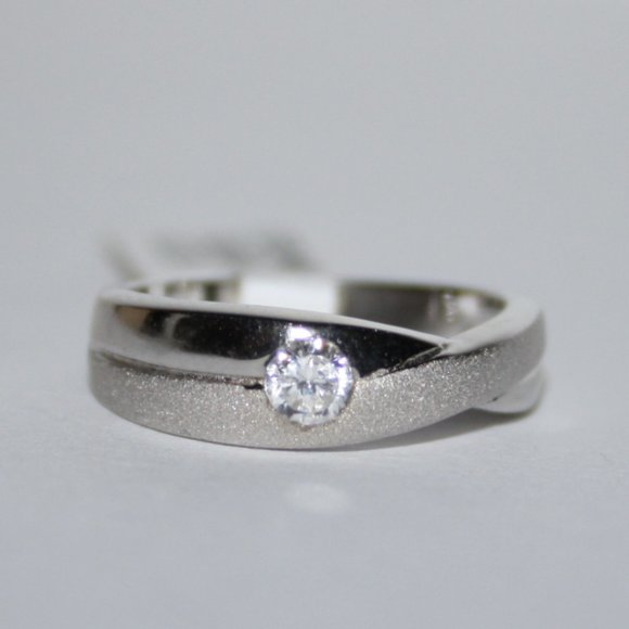 Stunning sterling silver cz ring NWT band size 5